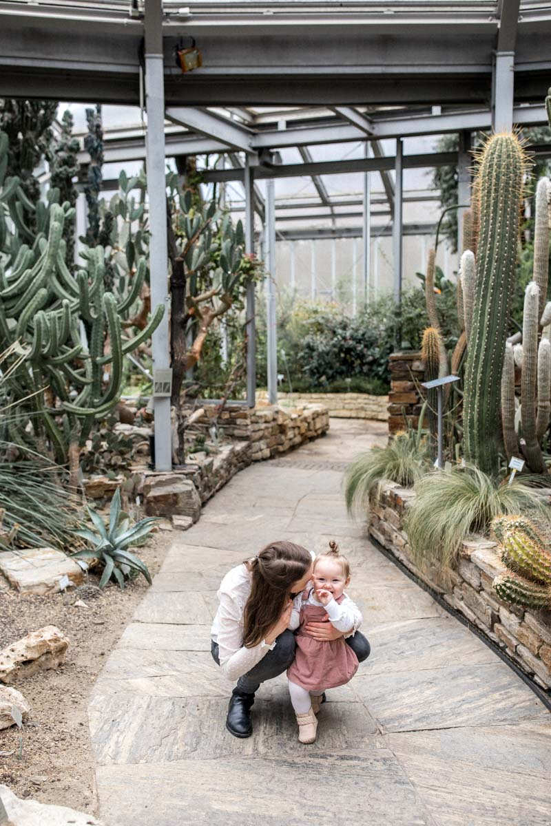 Natürliche Familienfotos im Botanischen Garten