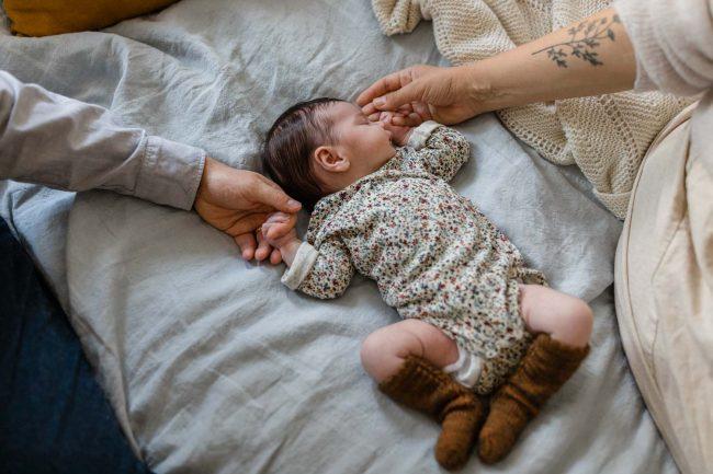 Babyfotoshooting zu Hause, entspannt und ungestellt.