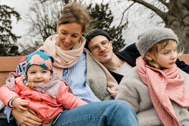 Entspannte Familienfotos in der Natur